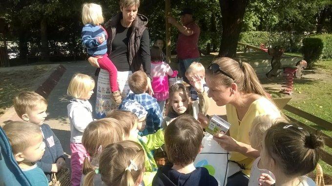 Király Nóra alpolgármester asszony is meglátogatta a vásárt, és megajándékozta az új óvodásokat.